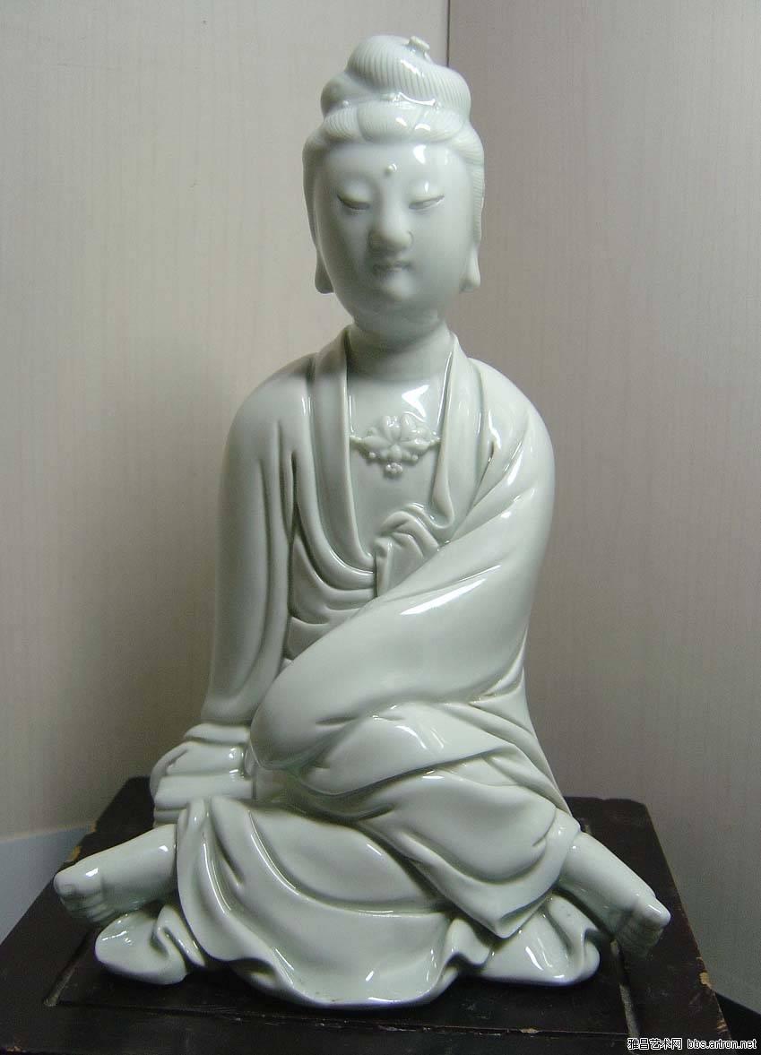古玩竹木雕漆器 → 清中期德化白瓷观音坐像   (人物衣纹折下坐处有三